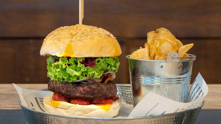 Hamburger serviti con chips e salsa rosa